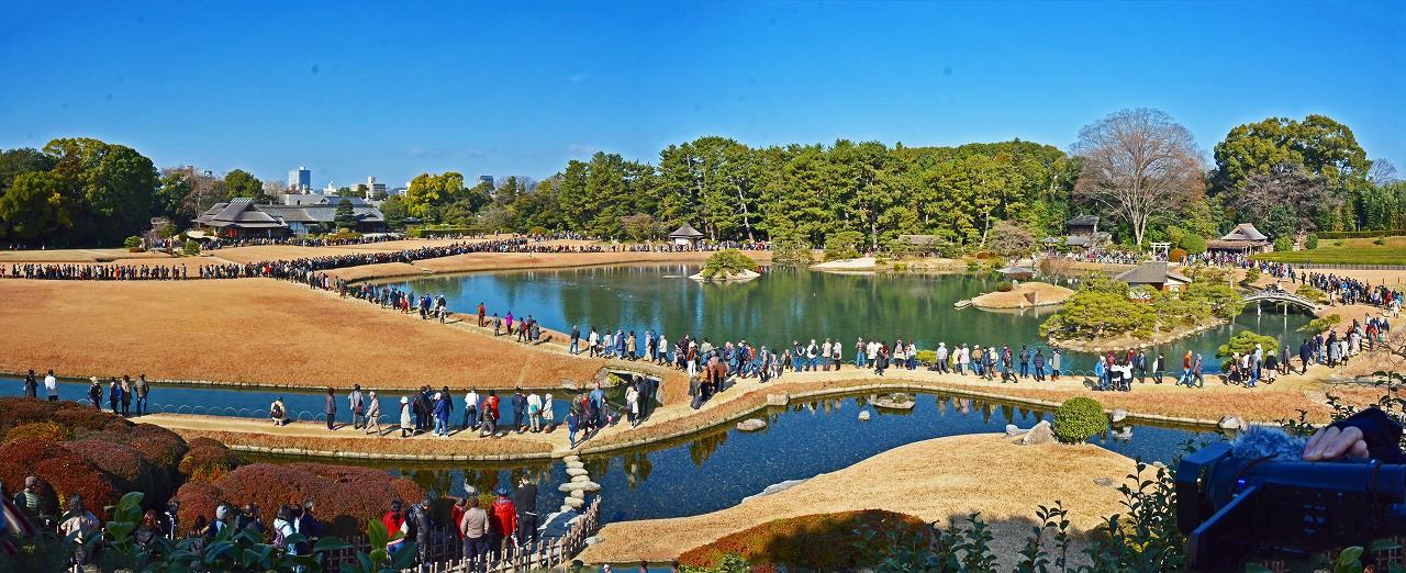 20170101 後楽園元旦のタンチョウ散策を観賞する人達の園内のワイド風景 (1)