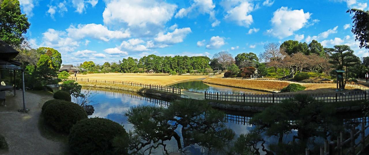 20170111 後楽園今日の廉池軒池越しに眺めた園内ワイド風景 (1)