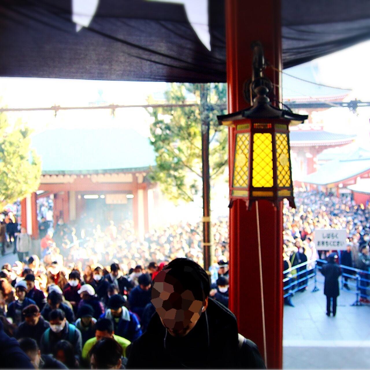 お正月の浅草寺境内。