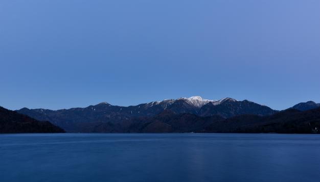 雪をかぶった日光白根・中禅寺湖から