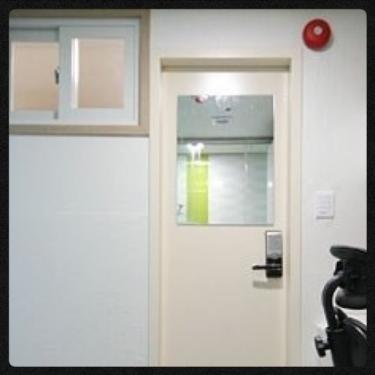 内窓のお部屋は廊下側に窓がついています。
