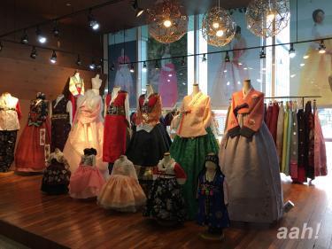 カフェのあった場所には韓服が展示されておりました。