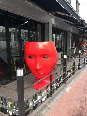 真っ赤な顔の椅子。w