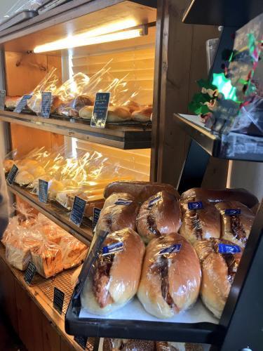 人気のパンがところ狭しと並ぶ店内。