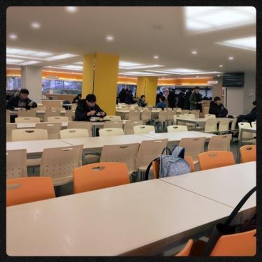 学食内。内装リニューアルしたそうで明るい雰囲気。