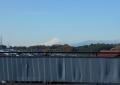 フェンスの向こうに富士の山