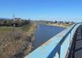 橋は川に斜めに架かっている