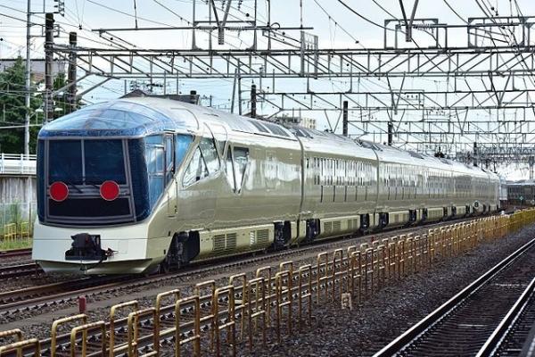 JR_East_E001_Train_Suite_Shiki-shima_Kōzu_2016_0907