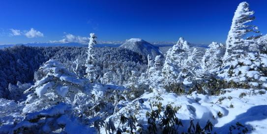樹氷と女乃神山の遠くに北アルプス