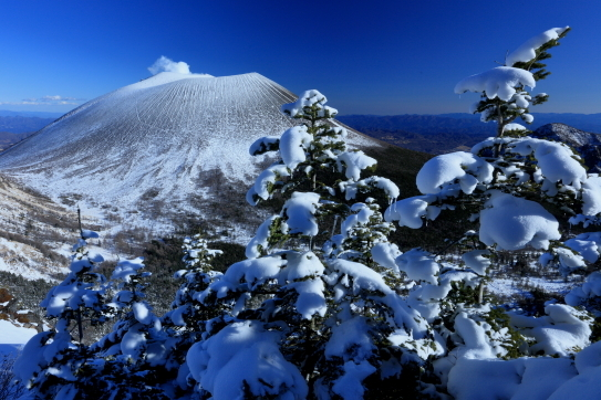水蒸気吹き上げる縞模様美しい浅間山