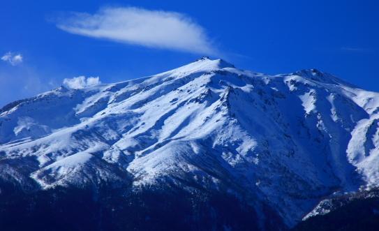 御嶽山剣ヶ峰と地獄谷の噴煙