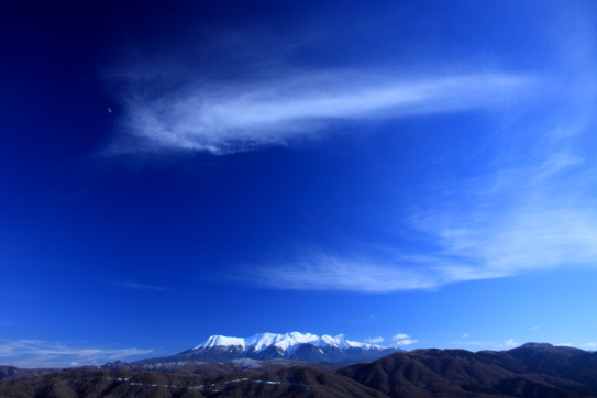 岐阜県から望む霊峰御岳を彩る雲と残月