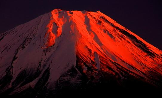 紅色に染まる富士の絶頂