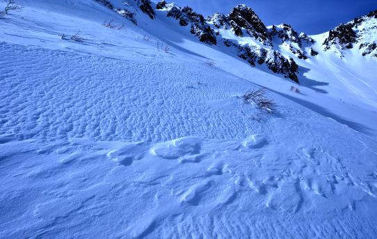 風が刻んだ雪面と宝剣岳