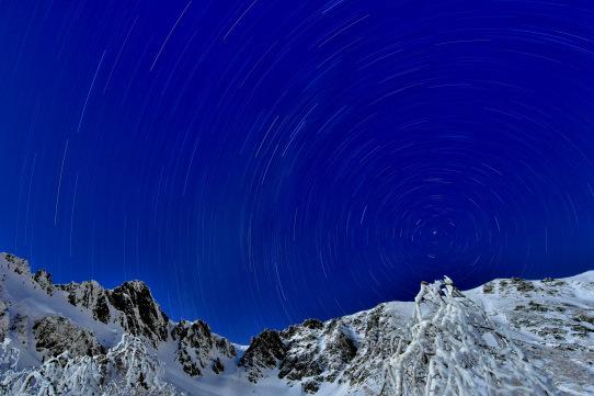 宝剣岳と星の光跡