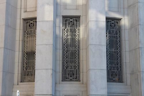 0185:大阪証券取引所 窓のデザインを交差点より