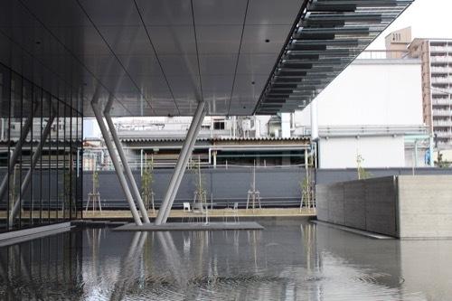 0205:ヤンマーミュージアム 張り出した庇と水盤