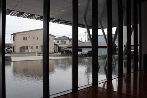 0205:ヤンマーミュージアム ガラスから外を①