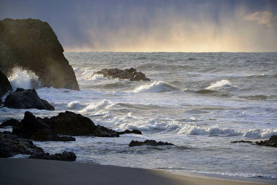 冬の日本海 光射す-3