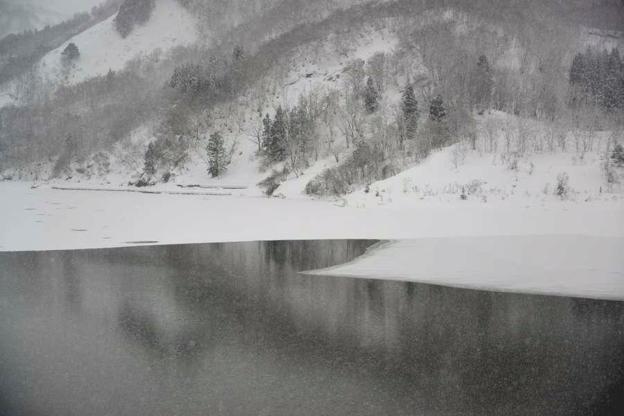 雪のダム湖-2