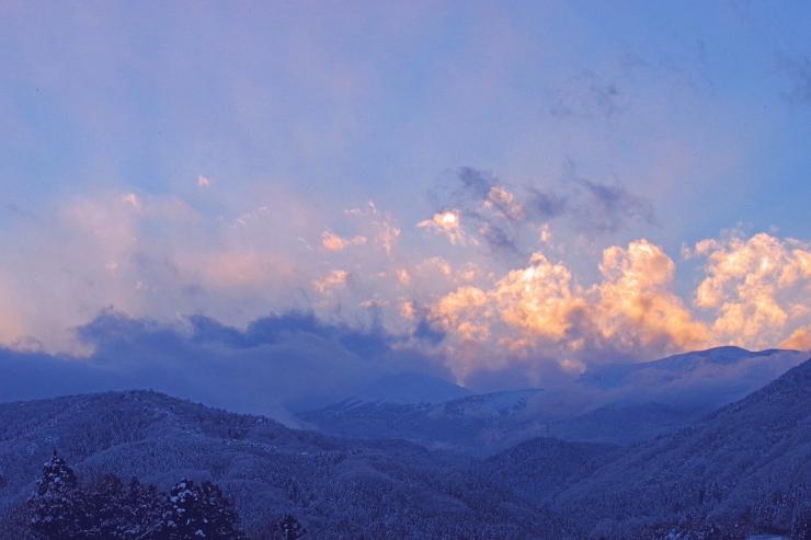 雪雲にしずむ吾妻