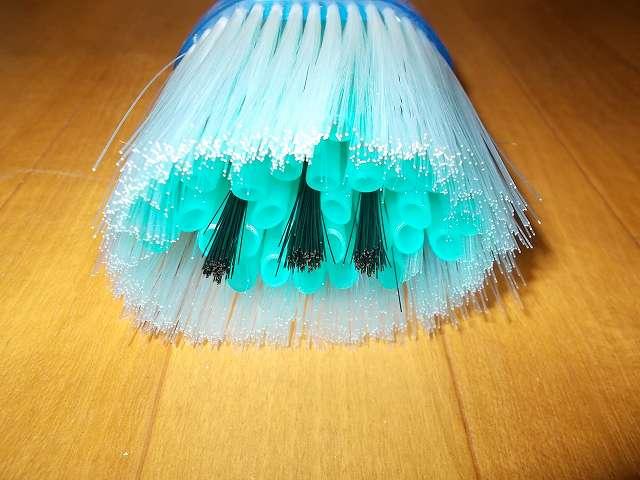 お掃除名人 すみずみと~る ジグザグカットのパイプ先端と静電気でホコリをよせつけるブラシ