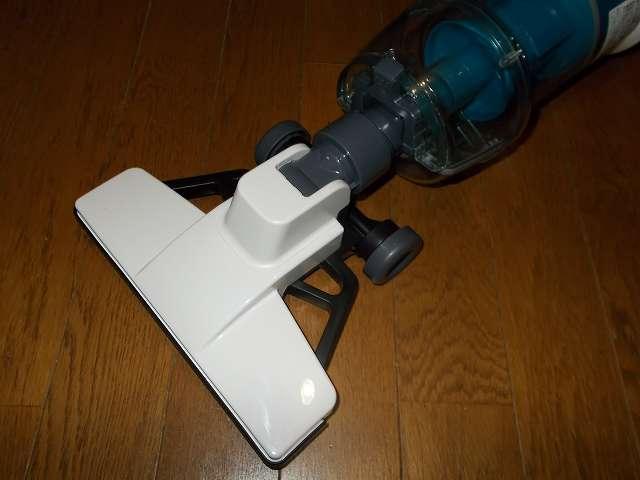 ツインバード TWINBIRD サイクロンスティック型クリーナー ホワイト TC-EA17W、掃除機本体に床用吸込口(フローリング掃除用ヘッド)を装着したところ