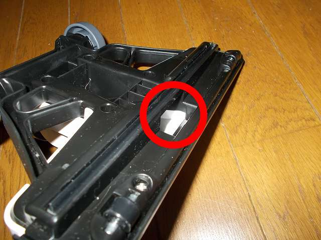 ツインバード TWINBIRD サイクロンスティック型クリーナー ホワイト TC-EA17W、床用吸込口の穴