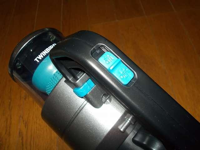 ツインバード TWINBIRD ハンディークリーナー ハンディージェットサイクロン EX HC-EB51GY、掃除機本体、ハンドル部分にある電源スイッチ(ON/OFF のスライド形式)