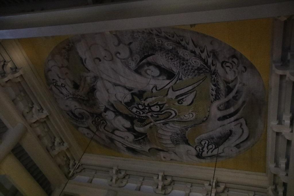 天井の「白龍図」