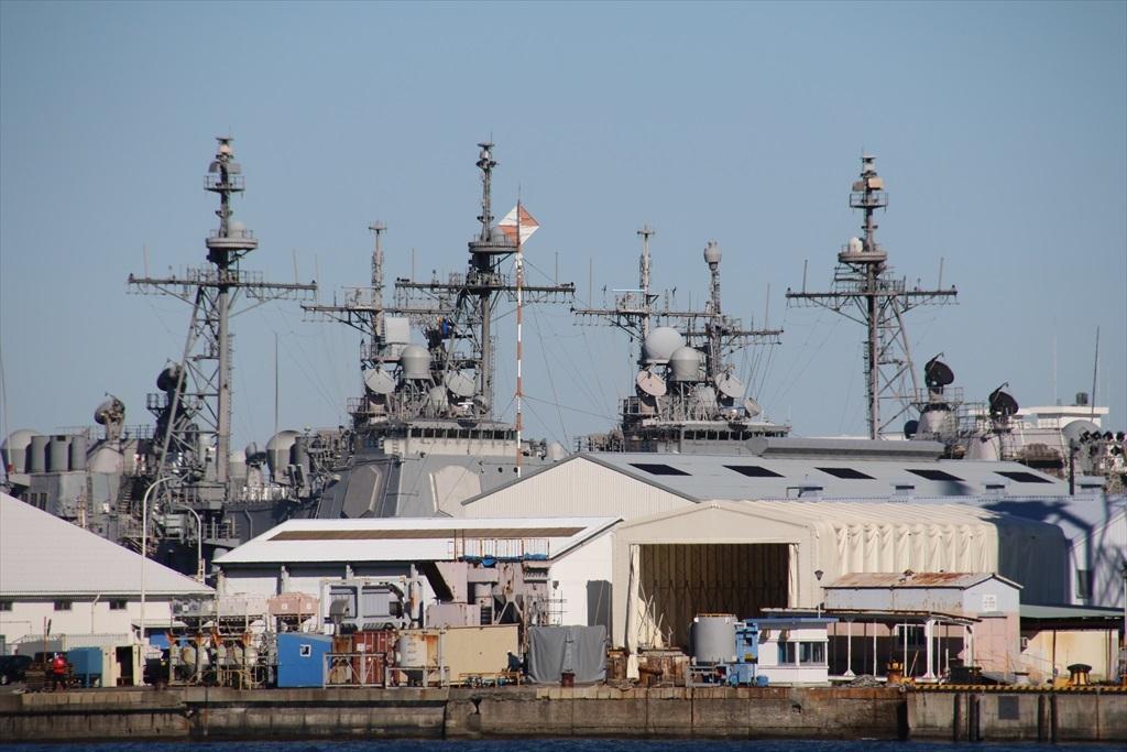 クレーンの向こう側にも何隻かの艦船が_2