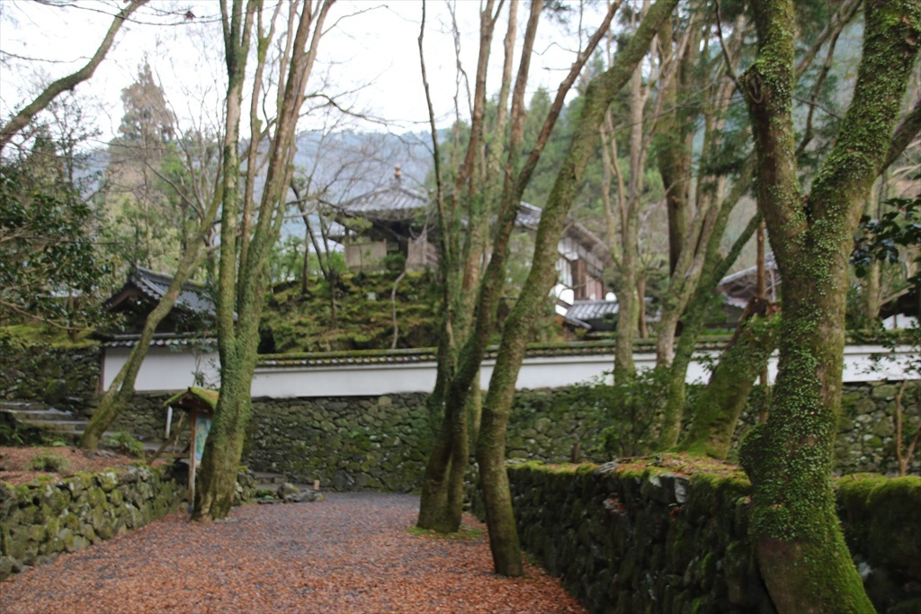 石垣と塀に囲まれたところが石水院