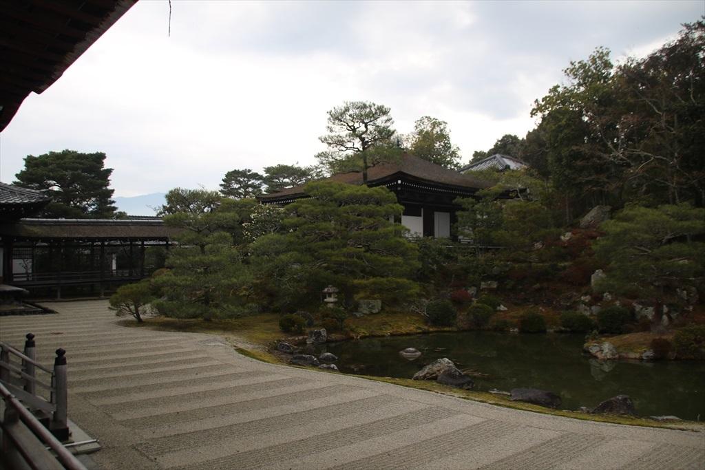 北庭の北西側に霊明殿が見える_2
