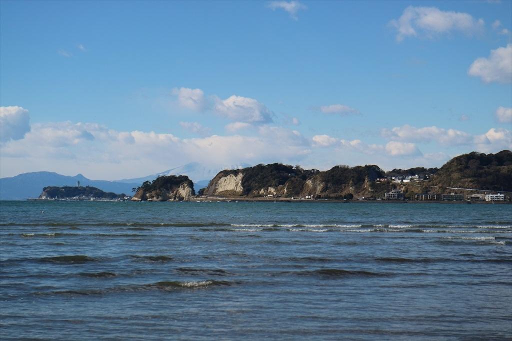 稲村ヶ崎の真後ろに富士山の山裾がかすかに見えるが_1