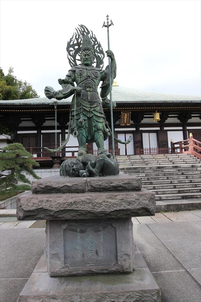 本堂前の日蓮聖人像と四天王像_7