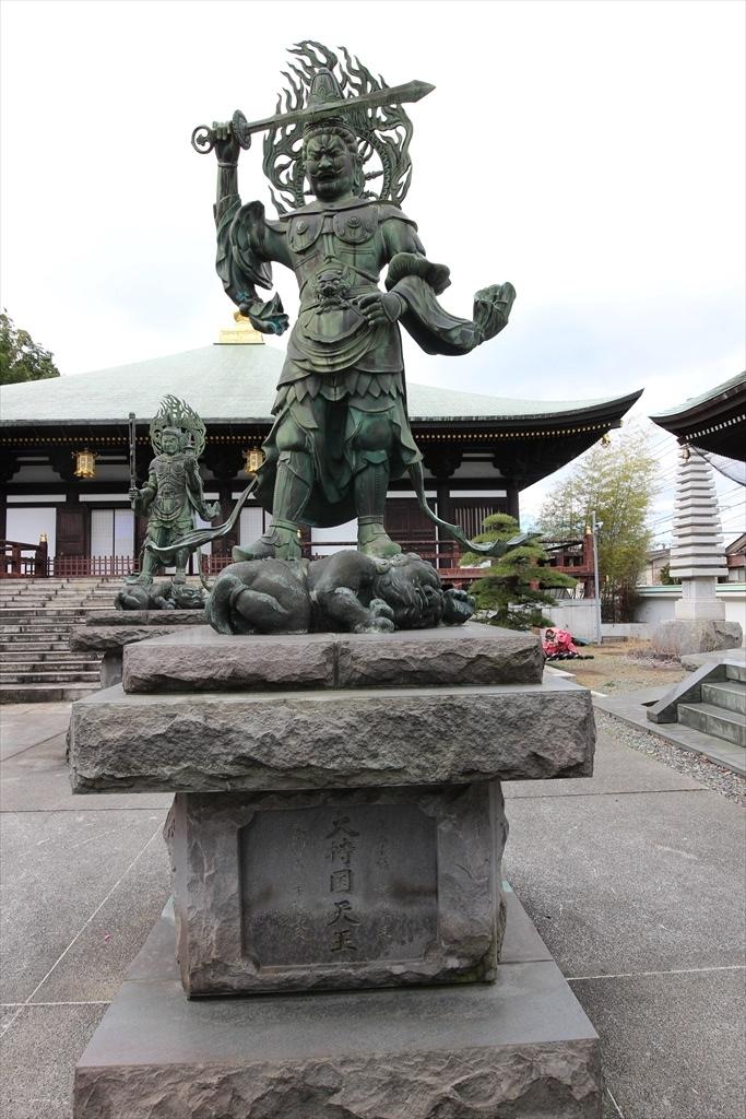 本堂前の日蓮聖人像と四天王像_4