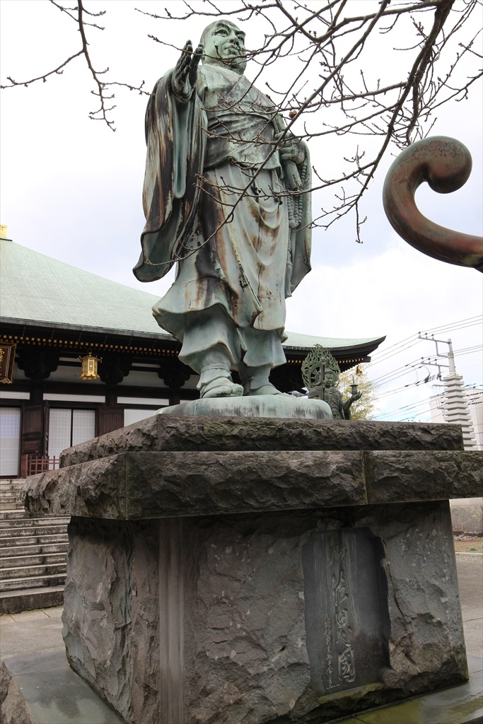 本堂前の日蓮聖人像と四天王像_2