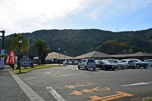 駐車場と道の駅建物