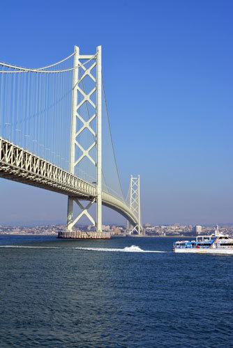 明石大橋と船