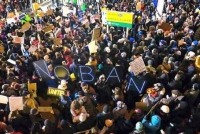 空港抗議デモ