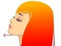 顎を前方に出す女性