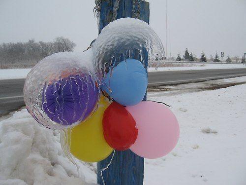しぼんだ風船の形をとどめる氷