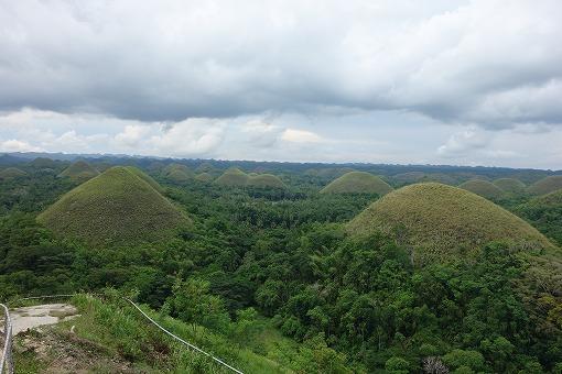 小高い丘が連なる