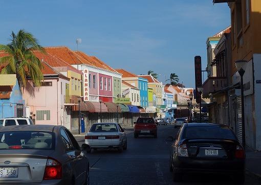 カラフルな街並みを通り、
