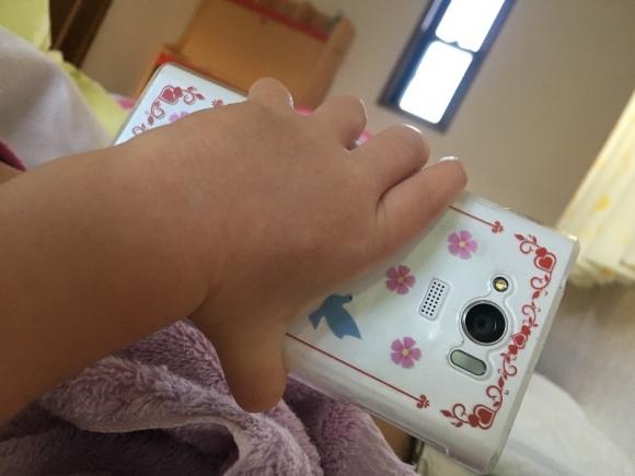 小さな手で持つスマホ
