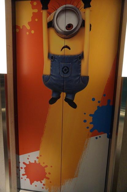 エレベーターの扉にミニオンズ