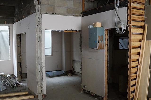 内部天井・間仕切壁・サッシ等解体中
