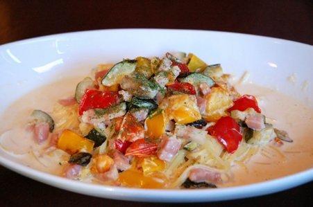 彩り野菜とベーコンのクリームパスタa