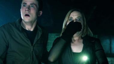 『ドント・ブリーズ』 アレックス(ディラン・ミネット)とロッキー(ジェーン・レビ)は音を立てることも、息をすることもはばかられる状況に陥る。