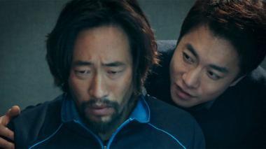 『The NET 網に囚われた男』 ナム・チョル(リュ・スンボム)と韓国側の取り調べ官(キム・ヨンミン)。同じ構図は北朝鮮においても繰り返される。